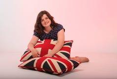 Brunetki dziewczyny przytulenia poduszka Zdjęcia Royalty Free