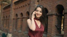 Brunetki dziewczyny rozmowy smartphone spacer zbiory wideo