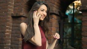 Brunetki dziewczyny rozmowy smartphone spacer zbiory