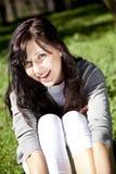 brunetki dziewczyny trawy zieleni park Obraz Royalty Free