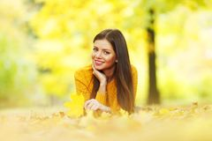 brunetki dziewczyny złoci liść Zdjęcia Royalty Free