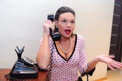 Brunetki gospodyni domowa opowiada na telefonie obraz royalty free