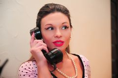 Brunetki gospodyni domowa opowiada na telefonie obraz stock
