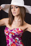 brunetki kapeluszowi słomiani białej kobiety potomstwa Fotografia Royalty Free