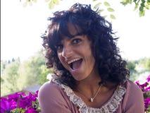 Brunetki kobieta śmiesząca i zaskakująca Zdjęcia Royalty Free