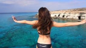 Brunetki kobieta cieszy się dennego widok katya lata terytorium krasnodar wakacje Morze relaksuje zbiory wideo
