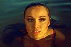 Brunetki kobieta głęboko w morzu Obrazy Royalty Free