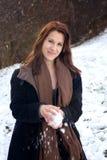 Brunetki kobieta outdoors w śniegu z snowball obraz stock