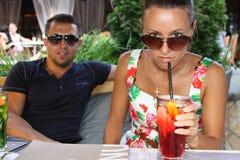 Brunetki kobieta pije koktajl zdjęcie royalty free