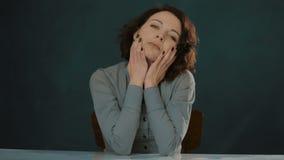 Brunetki kobieta pozuje przy stołem zbiory