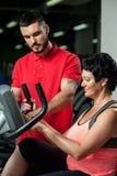 Brunetki kobieta pracująca z ogłoszenie towarzyskie trenerem out zdjęcie royalty free