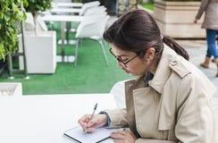 Brunetki kobieta pracuje outdoors obrazy stock