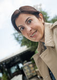 Brunetki kobieta pracuje outdoors zdjęcia royalty free