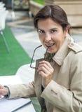 Brunetki kobieta pracuje outdoors fotografia royalty free