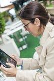 Brunetki kobieta pracuje outdoors zdjęcie stock