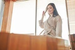 Brunetki kobieta relaksuje w jacuzzi w zdroju centrum z panoramicznymi okno obraz royalty free