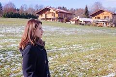 Brunetki kobieta stoi outdoors na śnieżnym polu obraz royalty free