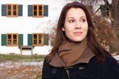 Brunetki kobieta stoi outdoors przed bavarian domem w t zdjęcia royalty free