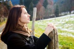 Brunetki kobieta stoi outdoors przy śnieżnymi polami obraz stock