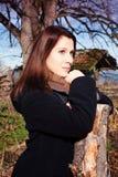 Brunetki kobieta stoi outdoors w spadku zdjęcia stock
