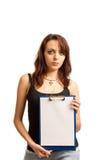 Brunetki kobieta trzyma pustego schowek Zdjęcie Royalty Free