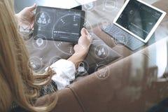 brunetki kobieta używa mądrze telefon i cyfrowego pastylka komputer dalej Zdjęcie Stock