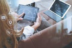 brunetki kobieta używa cyfrowego talet i laptop na kanapie ja Zdjęcia Royalty Free