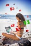 Brunetki kobieta uprawia hazard online w bikini fotografia royalty free