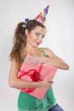 Brunetki kobieta w nakrętki mienia Urodzinowych teraźniejszość Zdjęcia Royalty Free