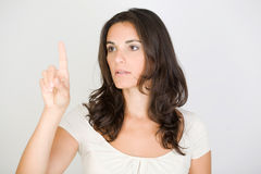 Brunetki kobieta wskazuje na wirtualnym ekranie zdjęcie stock