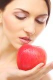 Brunetki kobieta z czerwonym jabłkiem Zdjęcia Royalty Free