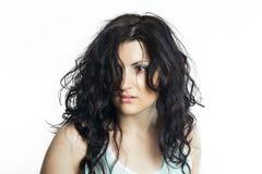 Brunetki kobieta z disheveled włosy Obrazy Stock