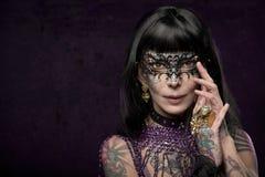 Brunetki kobieta z maską Obrazy Royalty Free