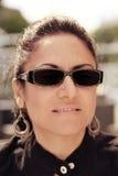 Brunetki kobieta z okularami przeciwsłonecznymi Zdjęcie Royalty Free