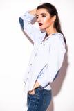 Brunetki kobiety dziewczyna w przypadkowym błękitnym modnisia lecie odziewa bez makeup Zdjęcie Royalty Free
