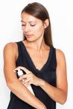 Brunetki kobiety kładzenia płukanka dalej zdjęcia royalty free