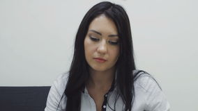 Brunetki kobiety sekretarka przegląda dokumenty zbiory wideo
