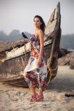 Brunetki młoda dziewczyna pozuje blisko łodzi Fotografia Royalty Free