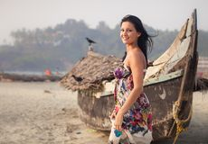 Brunetki młoda dziewczyna pozuje blisko łodzi Fotografia Stock
