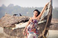 Brunetki młoda dziewczyna pozuje blisko łodzi Zdjęcie Stock