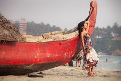 Brunetki młoda dziewczyna pozuje blisko łodzi Obraz Royalty Free