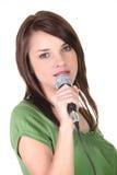 brunetki mienia mikrofon Zdjęcia Royalty Free