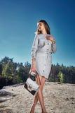 Brunetki mody modela splendoru pozy daty romantyczny seksowny Obraz Royalty Free