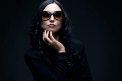 brunetki okularów przeciwsłoneczne target4694_0_ Fotografia Stock