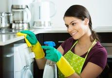 Brunetki okurzanie w kuchni zdjęcia stock