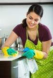 Brunetki okurzanie w kuchni obraz stock