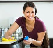 Brunetki okurzanie w kuchni zdjęcie stock