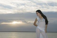 brunetki półmrok nad nieba zmierzchu kobietą zdjęcie royalty free
