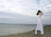 brunetki półmrok nad nieba zmierzchu kobietą fotografia royalty free