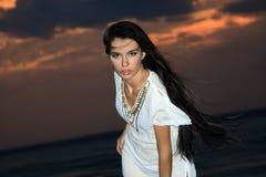 brunetki półmrok nad nieba zmierzchu kobietą fotografia stock